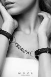 Menottes bracelets noir - Maze - Paire de menottes bracelets 100% Vegan, en faux cuir noir, avec chainette métallique pour vos jeux de bondage.